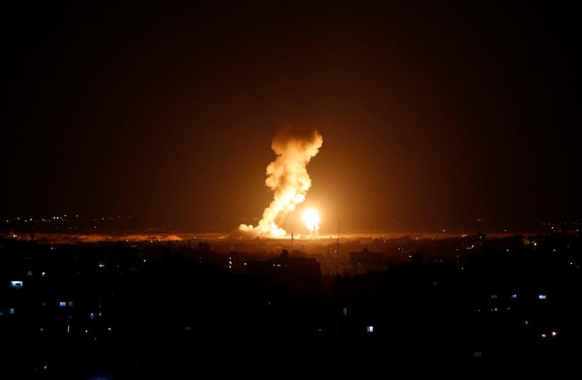 De la fumée et des flammes sont vues lors d'une frappe aérienne israélienne à Gaza, le 12 novembre 2018 (crédit photo: REUTERS / AHMED ZAKOT)