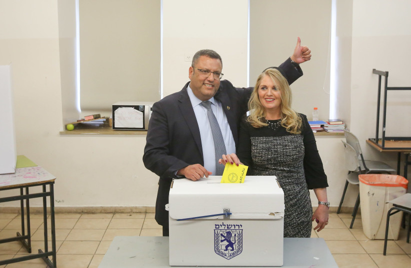 Moshe Lion voting with his wife today November 13, 2018 (photo credit: MARC ISRAEL SELLEM)