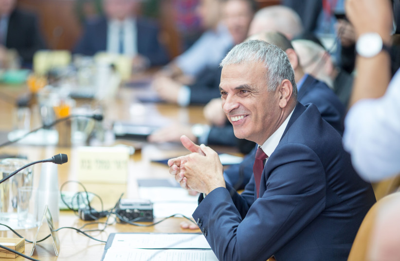 Moshe Kahlon at a weekly cabinet meeting, November 18, 2018 (photo credit: EMIL SALMAN/POOL)