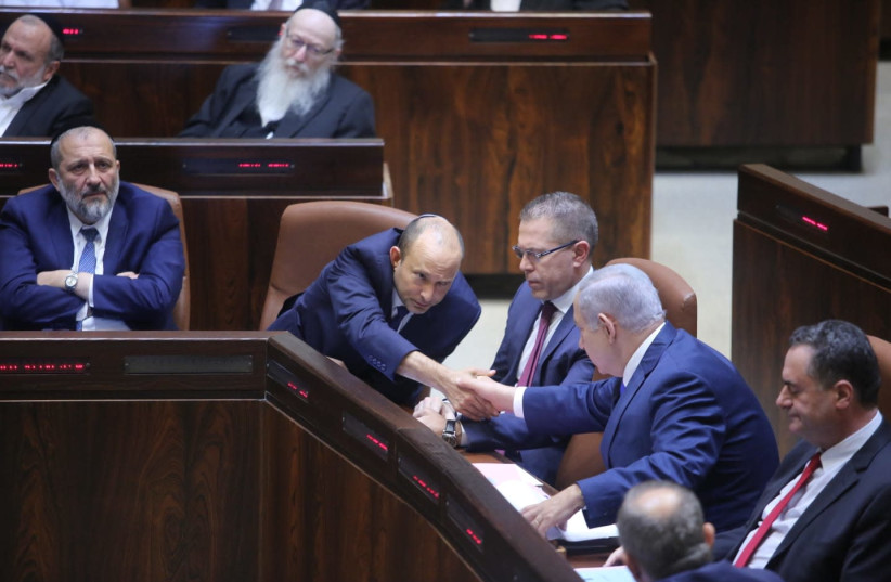Bennett and Netanyahu shake hands in Knesset  (photo credit: MARC ISRAEL SELLEM)