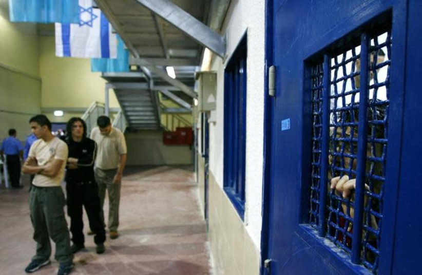 Palestinian prisoners wait to be released from Ketziot prison, southern Israel, October 1, 2007 (photo credit: RONEN ZVULUN / REUTERS)