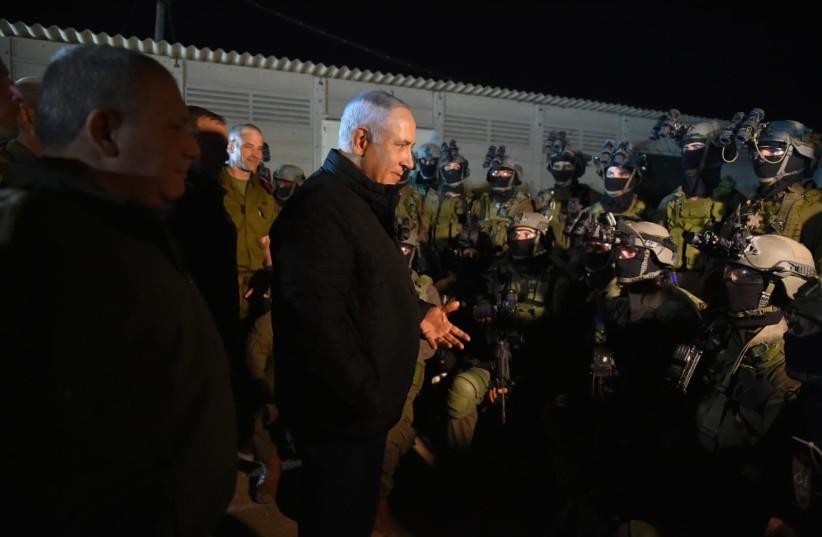 Israeli Prime Minister and Defense Minister Benjamin Netanyahu met with elite commando troops on November 27, 2018 (photo credit: ARIEL HERMONI / DEFENSE MINISTRY)