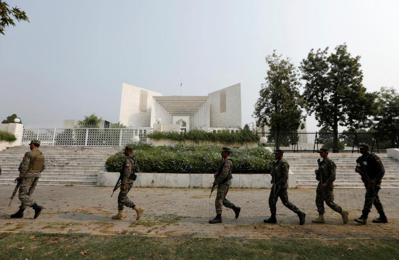 Rangers arrive at the Supreme Court in Islamabad, Pakistan, 2018. (photo credit: REUTERS/FAISAL MAHMOOD)