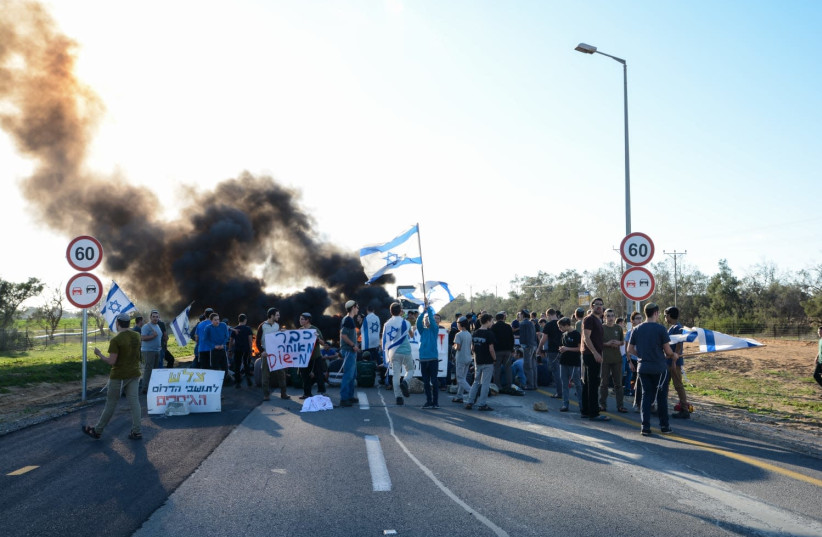 Kerem Shalom Crossing blocked by settlers during Thursday protest supporting residents of the south (photo credit: AVIV HERTZ/ TPS)