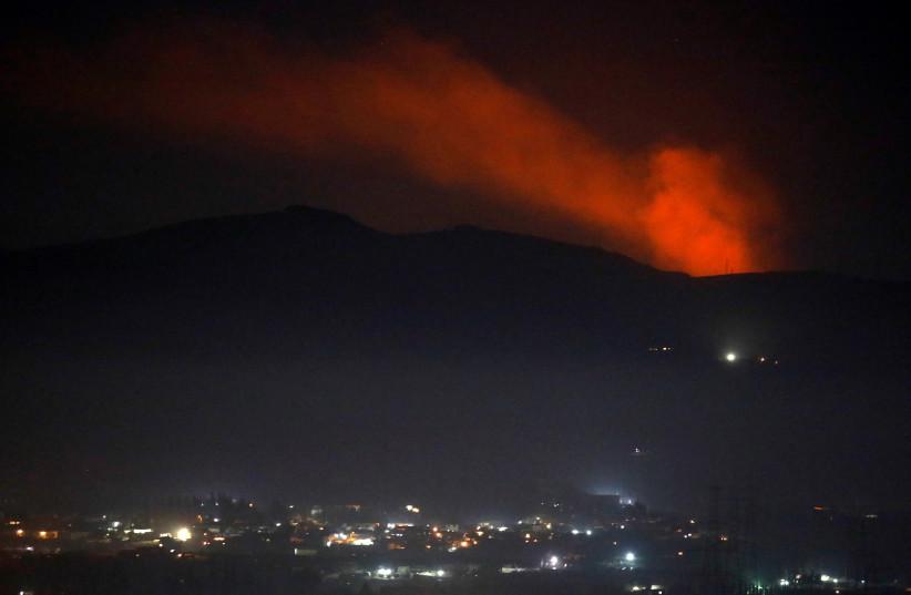 La fumée monte devant une montagne vue depuis la campagne de Damas, Syrie, 25 décembre 2018 (crédit photo: OMAR SANADIKI / REUTERS)