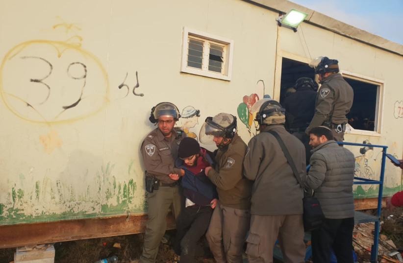 Violence erupts as police evacuate Amona outpost on Thursday, January 3 (photo credit: BINYAMIN SPOKESPERSON'S UNIT)
