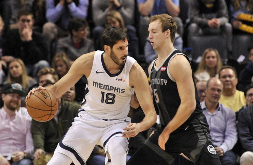 Memphis Grizzlies forward Omri Casspi (18) goes to the basket against Detroit Pistons guard Luke Kennard (5) during the first half at FedExForum (photo credit: JUSTIN FORD-USA TODAY SPORTS VIA REUTERS)