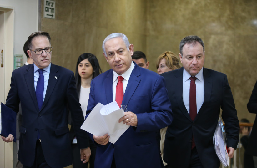 Prime Minister Benjamin Netanyahu at the weekly cabinet meeting, January 6, 2018 (photo credit: ALEX KOLOMOISKY / POOL)