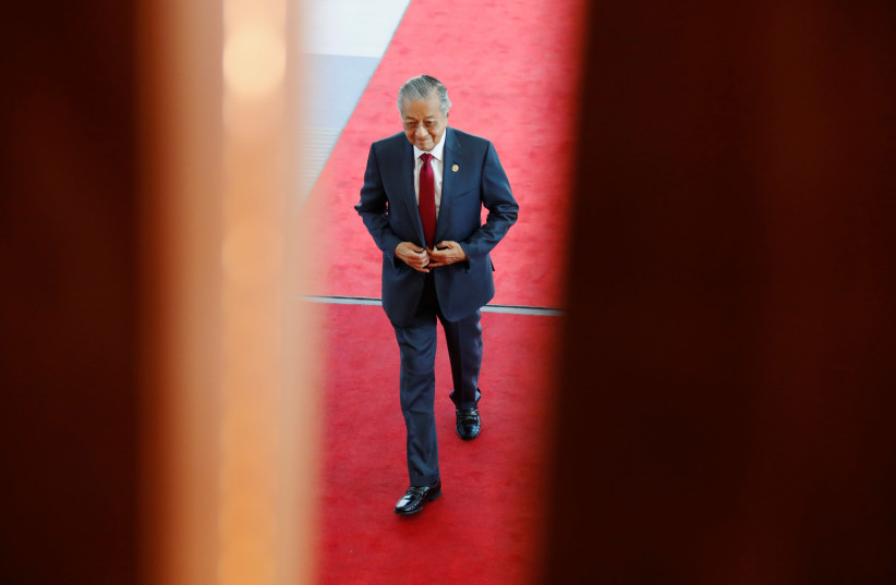 Malaysia's Prime Minister Mahathir Mohamad arrives at APEC Haus, during the APEC Summit in Port Moresby, Papua New Guinea November 18, 2018. (photo credit: DAVID GRAY / REUTERS)