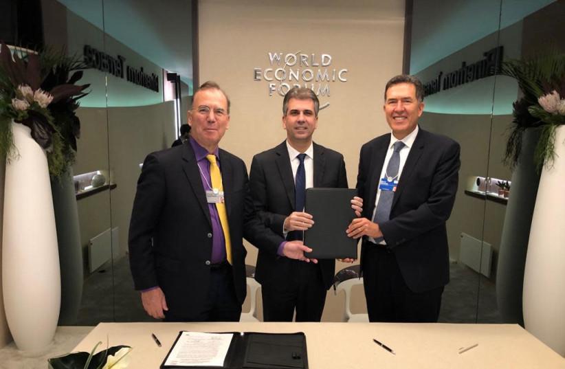 Deputy Head of the Economic Forum World Economy and Eli Cohen (photo credit: MORT SOMMES)