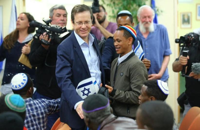 Jewish Agency head Isaac Herzog welcomes Ethiopian immigrants (photo credit: JEWISH AGENCY)