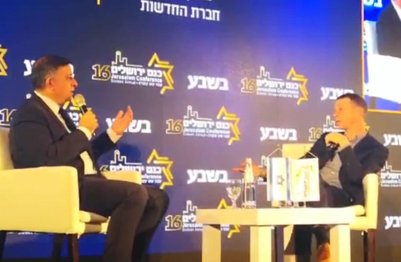 Avi Gabbay (L) at a conference, February 12th, 2019 (photo credit: screenshot)