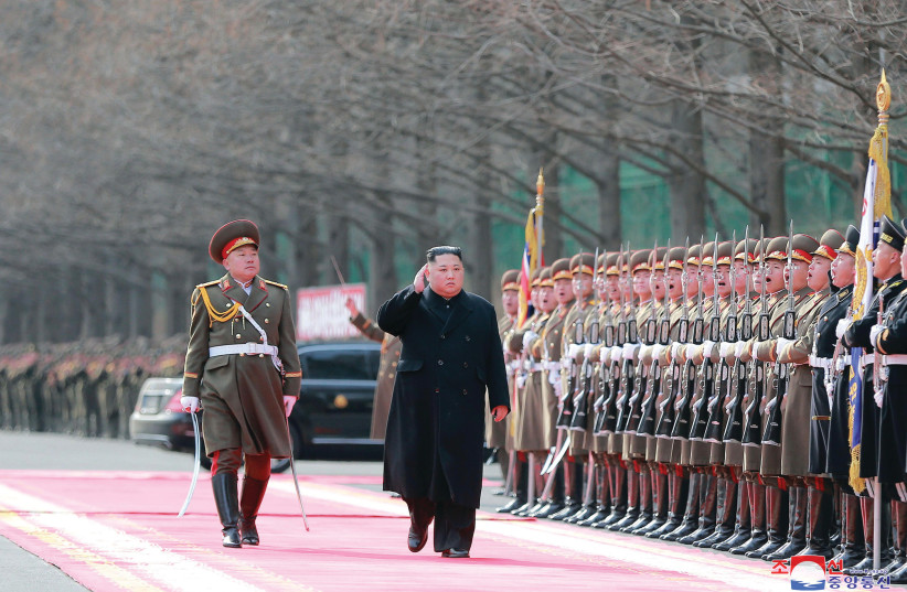 Le dirigeant de la CORÉE DU NORD, Kim Jong Un, visite le ministère des Forces armées populaires à Pyongyang la semaine dernière. (KCNA / Reuters) (crédit photo: KCNA / REUTERS)
