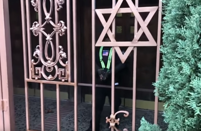 Screenshot of YouTube provocateur's video of a Los Angeles synagogue minutes before being grazed in the leg by the security guard's warning shot (photo credit: YOUTUBE SCREENSHOT)