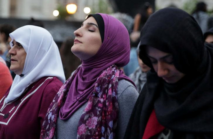 """Muslim American activist Linda Sarsour prepares to perform """"Maghrib"""" sunset prayers during an immigration rally and Iftar """"breaking fast"""" during the month of Ramadan outside ICE's New York field office at Foley Square in Manhattan, New York (photo credit: REUTERS/AMR ALFIKY)"""