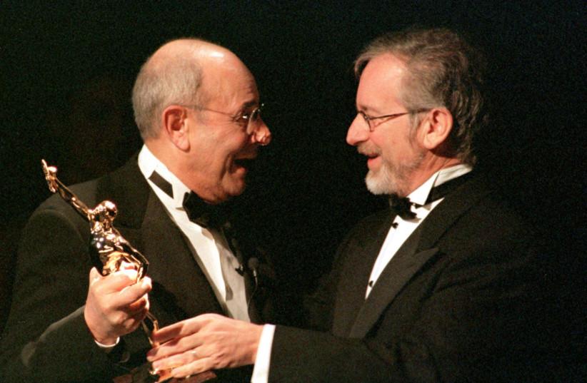 SPIELBERG PRESENTS DONEN WITH ACE GOLDEN EDDIE AWARD FOR BEST FILM MAKER. (photo credit: CHRIS MARTINEZ/REUTERS)