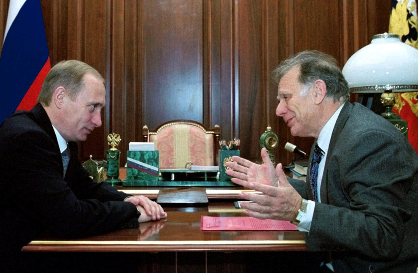 Nobel prize winner Zhores Alferov (R) gestures as he talks with Russian President Vladimir Putin during their meeting in the Kremlin October 12, 2000. Alferov was awarded the prize for his work on information technology. (photo credit: REUTERS)