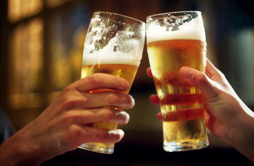Two pints of beer (photo credit: U3144362 VIA WIKIMEDIA COMMONS)