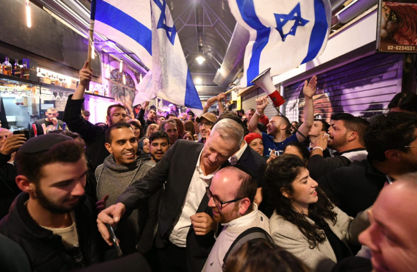 Benny Gantz paints Mahane Yehuda 'Blue and White' (photo credit: Courtesy)