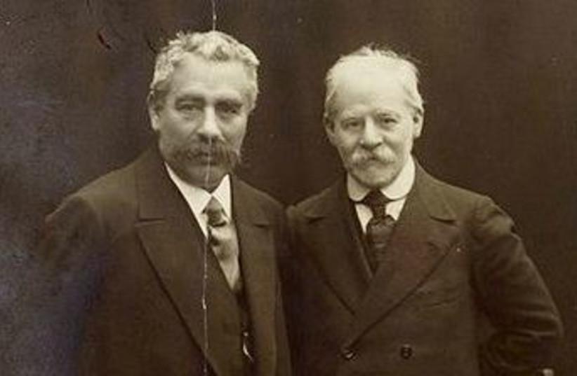 Jacob Dinezon (right) pictured with I. L. Peretz, both Yiddish-language authors (photo credit: WIKIPEDIA)