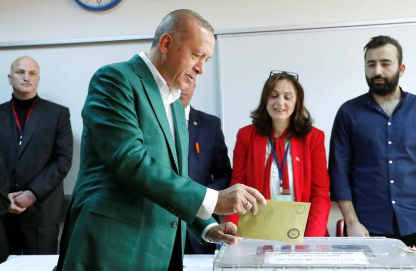 Turkish President Tayyip Erdogan casts his ballot at a polling station during the municipal elections in Istanbul, Turkey, March 31, 2019 (photo credit: REUTERS/MURAD SEZER)