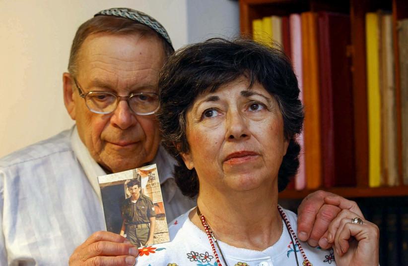 Miriam et Yonah Baumel tiennent une photo de leur fils Zachary Baumel, qui a été fait prisonnier de guerre en 1982, à Jérusalem le 07 juillet 2003 (crédit photo: FLASH90)