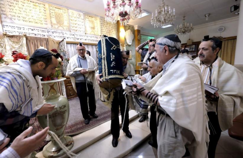 Iranian Jews pray at the Abrishami synagogue at Palestine street in Tehran December 24, 2015.. (photo credit: RAHEB HOMAVANDI/REUTERS)