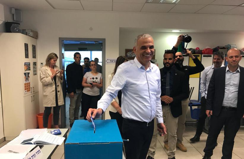 Kahlon voting (photo credit: KULANU)