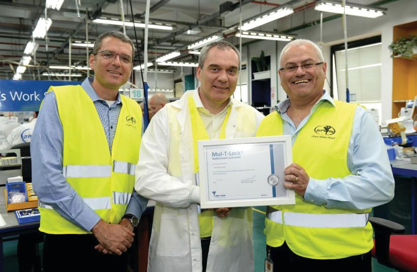 MUL-T-LOCK CEO Sam Shterenshus presents Swedish Assa Abloy CEO Nico Delvaux with a certificate (photo credit: Courtesy)