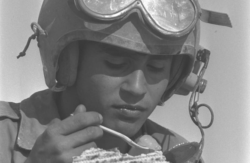 IDF artillery soldier eats matzah in 1975 (photo credit: GOVERNMENT PRESS OFFICE)