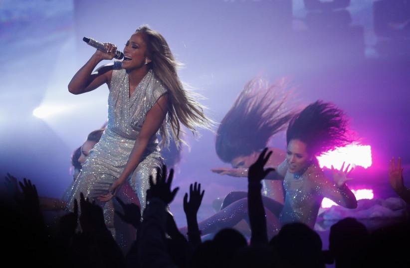 2018 American Music Awards – Show – Los Angeles, California, U.S., 09/10/2018 – Jennifer Lopez performs (photo credit: MARIO ANZUONI/REUTERS)