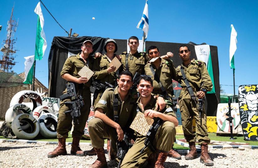 IDF soldiers eat matzah (photo credit: IDF SPOKESPERSON'S UNIT)