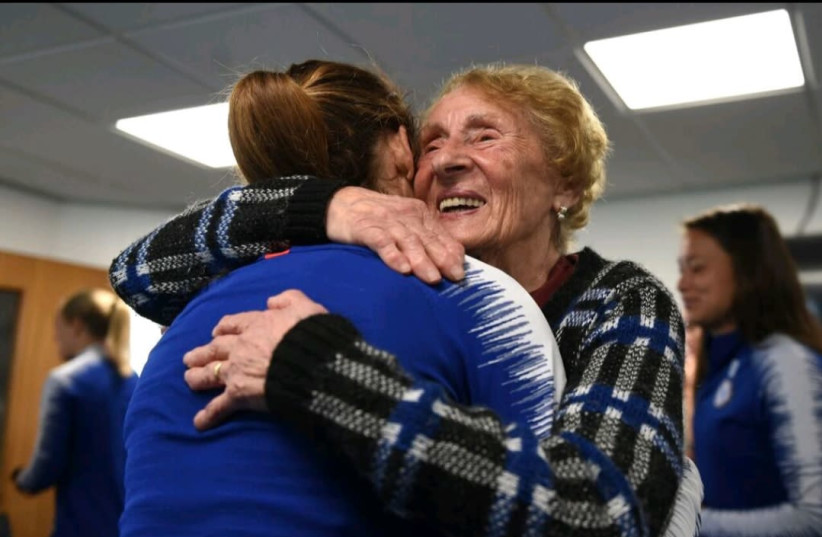 Holocaust survivor Susan Pollack meets with the Chelsea Women's Football Team (photo credit: Courtesy)
