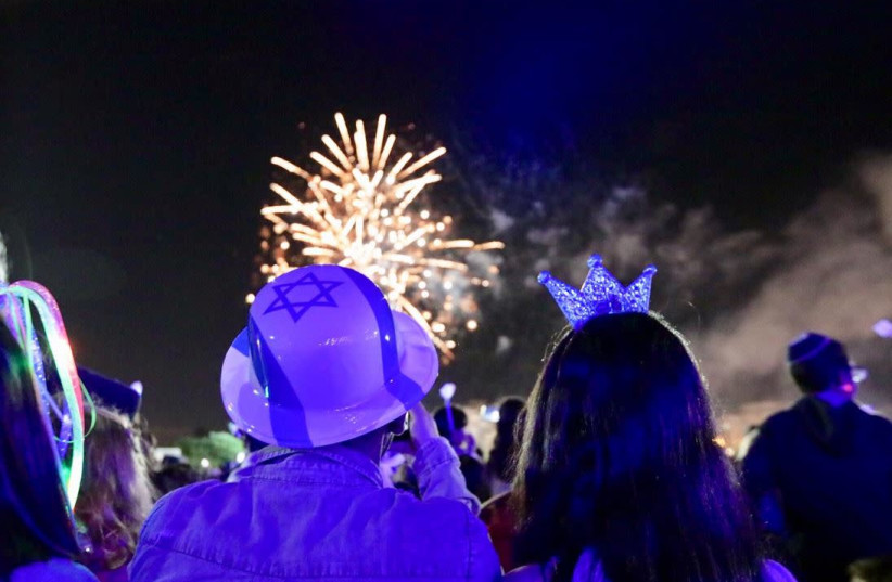Israelis watch fireworks on Independence Day  (photo credit: ALONI MOR)
