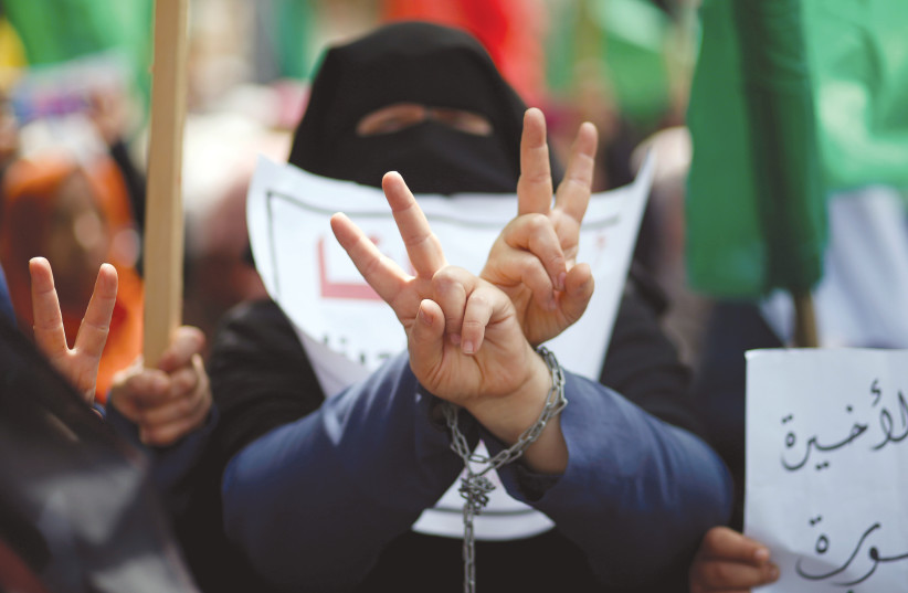 Une PALESTINIENNE manifeste pour les prisonniers palestiniens (crédit photo: REUTERS)