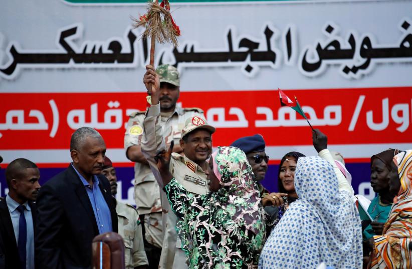 Le lieutenant-général Mohamed Hamdan Dagalo salue ses partisans lors d'une réunion à Khartoum, au Soudan.  (crédit photo: REUTERS / UMIT BEKTAS)