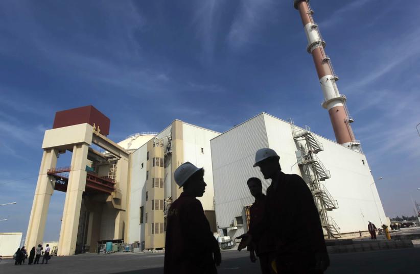 Des travailleurs iraniens se tiennent devant la centrale nucléaire de Bushehr, à 1 200 km au sud de Téhéran (crédit photo: MEHR NEWS AGENCY / MAJID ASGARIPOUR / REUTERS)
