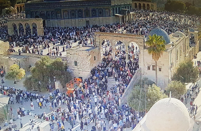 Muslim worshippers on Temple Mount as police barred Jewish entrance on Tisha Be'av (photo credit: POLICE SPOKESPERSON'S UNIT)