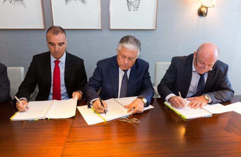 (Left to right) EAPC chairman Erez Halfon, EMG chairman and CEO Mamoon Al-Sakah and EAPC CEO Itzik Levi (photo credit: SHAI DOLEV)