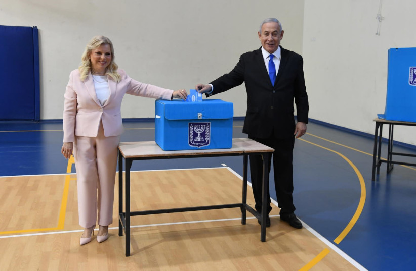 Prime Minister Benjamin Netanyahu and his wife, Sara Netanyahu, vote, September 17, 2019 (photo credit: CHAIM TZACH/GPO)