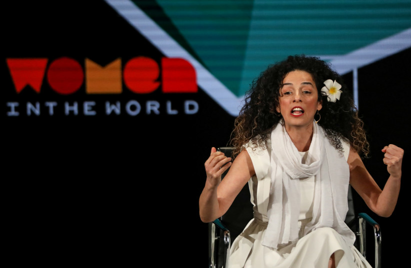 Masih Alinejad, journaliste iranienne et militante des droits des femmes, prend la parole sur scène lors du Sommet Women In The World à New York, États-Unis, le 12 avril 2019 (crédit photo : REUTERS)
