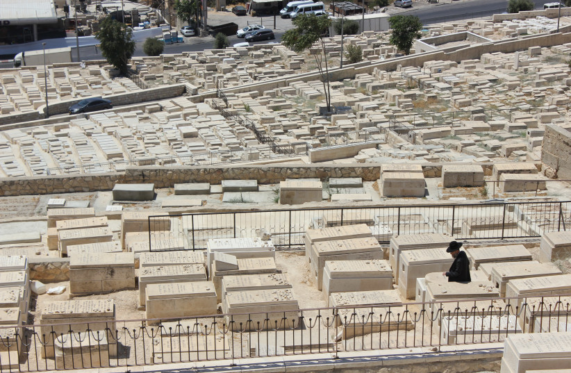 Chief Ashkenazi Rabbi of Israel demands Christian convert be dug up and removed from Jewish cemetery in Jerusalem