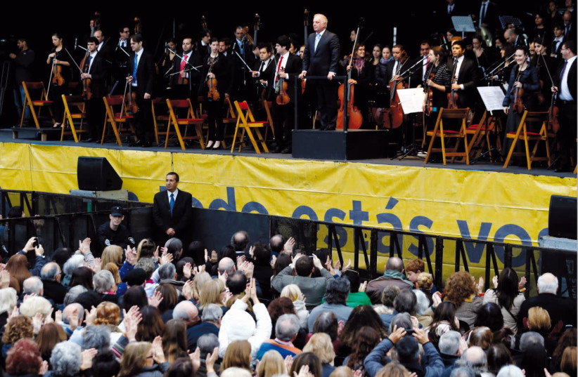 Daniel Barenboim and his West-Eastern Divan orchestra comprising Arab and Israeli musicians thank the audience during a free concert in Buenos Aires (photo credit: MARCOS BRINDICCI/REUTERS)