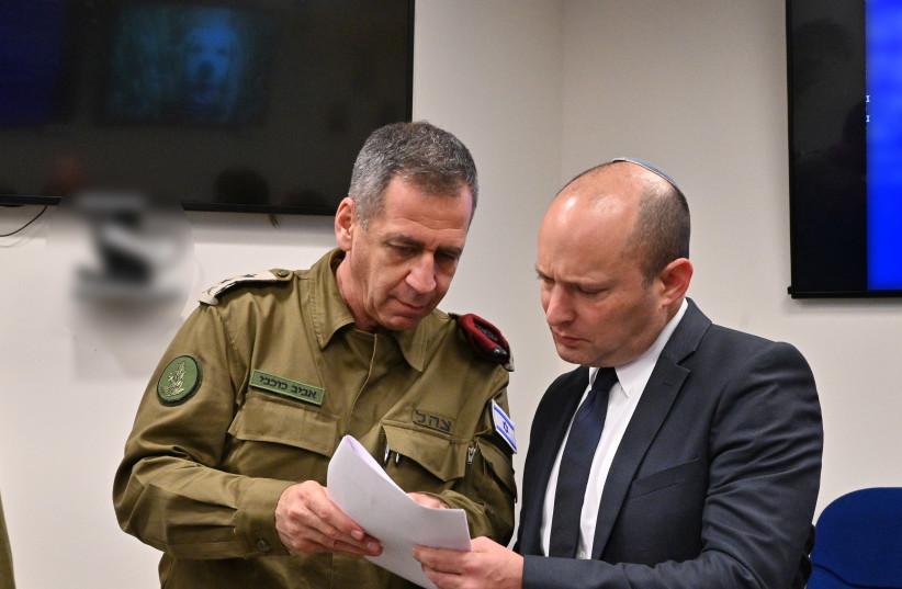 Le chef d'état-major des FDI, le lieutenant-général. Aviv Kochavi [L] avec le ministre de la Défense Naftali Bennett (crédit photo: ARIEL HERMONI / DEFENSE MINISTRY)
