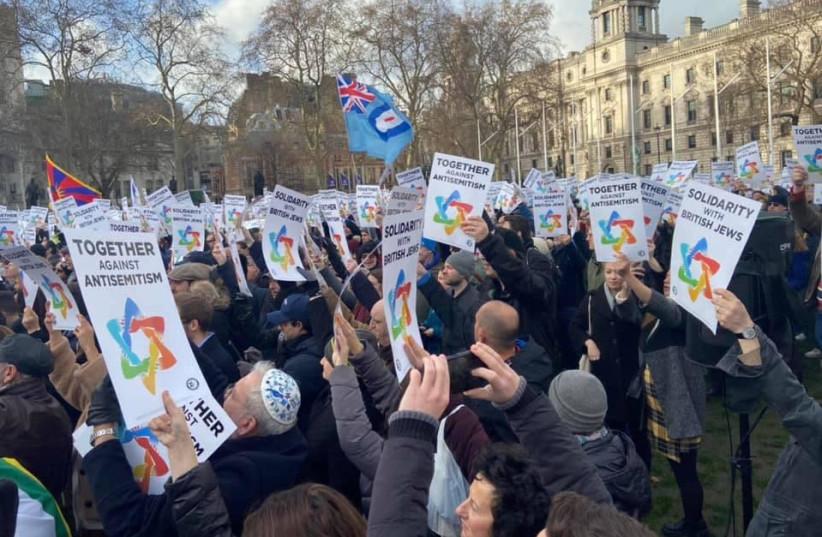 Dimanche, les juifs et les non-juifs se rassemblent pour protester contre l'antisémitisme sur la place du Parlement à Londres (crédit photo: SARKIS ZERONIAN)