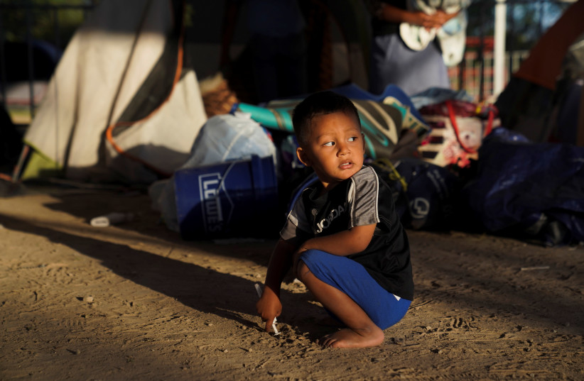 Resultado de imagen para Mexican children shiver in tents at U.S. border as temperature freezes