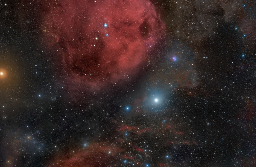 Photo taken by Rogelio Bernal Andreo in October 2010 of the Orion constellation showing the surrounding nebulas of the Orion Molecular Cloud complex. Also captured is the red supergiant Betelgeuse (top left) and the famous belt of Orion composed of the OB stars Alnitak, Alnilam and Mintaka. To the b (photo credit: Wikimedia Commons)