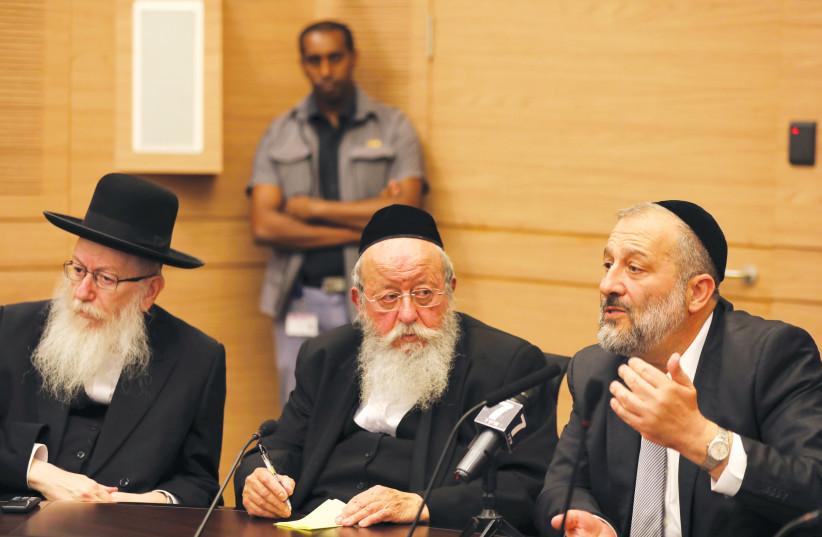 O líder do Shas, Arye Deri (à direita) e o líder da UTJ, Ya'acov Litzman (extrema esquerda), participaram de uma reunião em Jerusalém.  (crédito da foto: REUTERS)