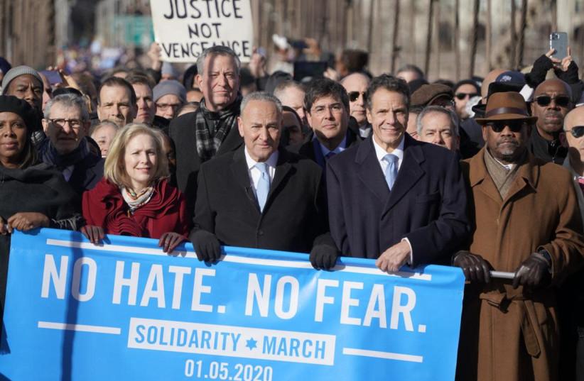(Od prawej do lewej) Kongresman Gregory Meeks; Gubernator Andrew Cuomo, dyrektor generalny UJA Eric Goldstein; Senator Chuck Schumer; Burmistrz Bill DeBlasio; Senator Stanów Zjednoczonych Kirsten Gillibrand; Dyrektor generalny JCRC Michael Miller; i prokurator generalny stanu Nowy Jork Letitia James maszerują przeciwko antysemityzmowi przez Most Brookliński. (zdjęcie: COURTESY JAKE ASNER - UJA-FEDERACJA NOWEGO JORKU)