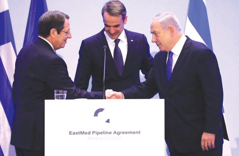 DE GAUCHE, le président chypriote Nicos Anastasiades, le Premier ministre grec Kyriakos Mitsotakis et le Premier ministre Benjamin Netanyahu assistent à la signature de la semaine dernière à Athènes. (crédit photo: REUTERS)